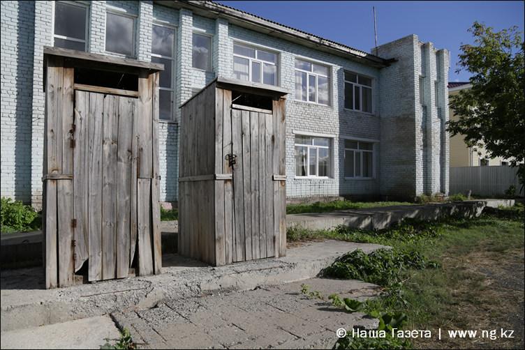 Дощатые будки - для всех, кто имеет несчастье приезжать  в Федоровку со стороны