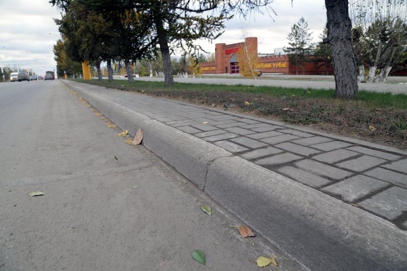 Эти бетонные бордюры на отрезке пр. Абая акимат Костаная будет менять на гранитные