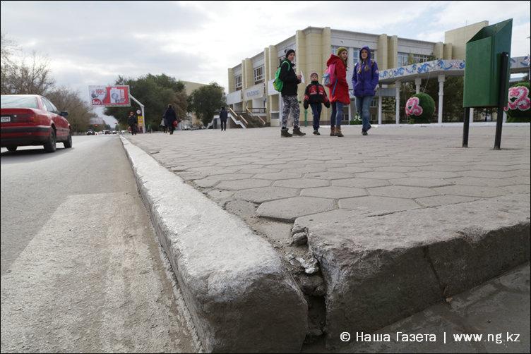 Гранитный бордюр в этой части ул. Алтынсарина регулярно белят