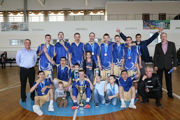 Традиционное фото команды-победителя с тренерами и подрастающим поколением баскетболистов