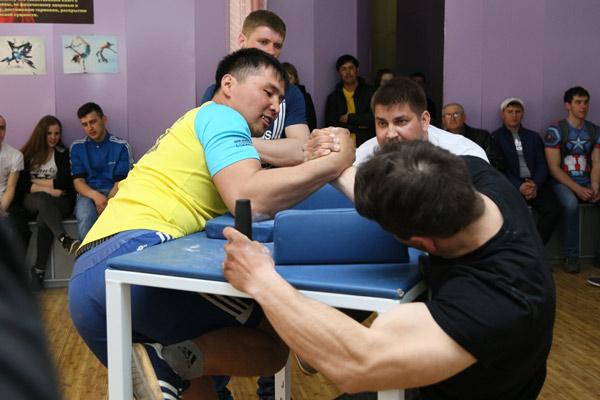 Талгат Журумбаев из Алтынсаринского района (слева) взял золото в весе до 80 кг