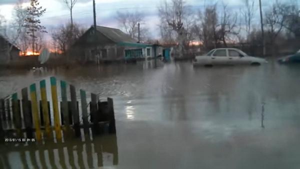 Дома жителей Зеленовки затопило по крышу, костанайцы собирают им гуманитарную помощь