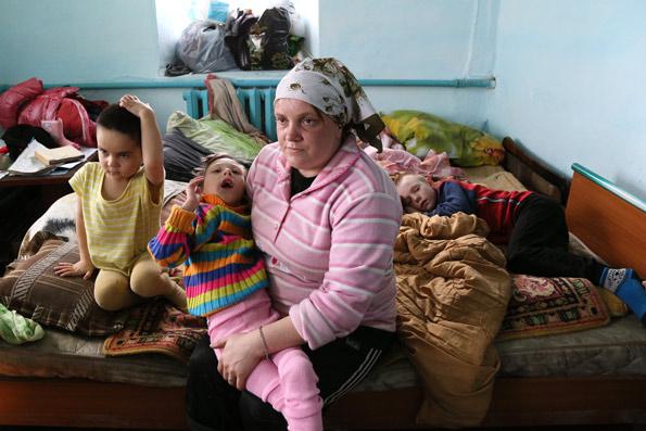 К приезду корреспондентов «НГ» в доме Ольге Бредихиной в сырости находились трое больных детей