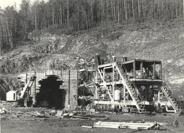 Экскаватор пробивает тоннель № 3 рядом с железной дорогой