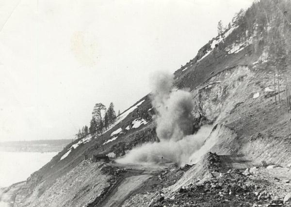 Первый взрыв в карьере для прокладки тоннеля рядом с оз. Байкал