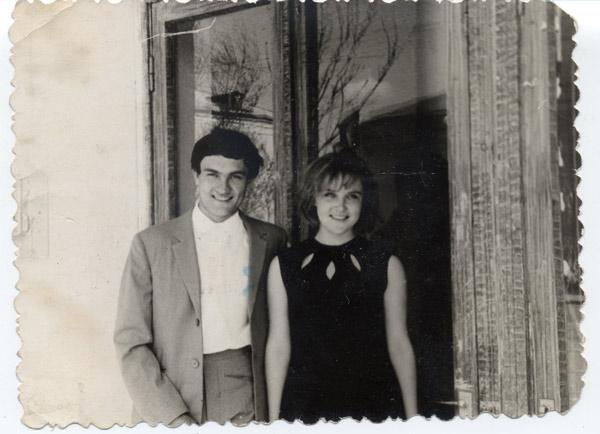 1 мая 1967 года молодожены Люба и Анатолий Гниломедовы у входа в «Детский мир»
